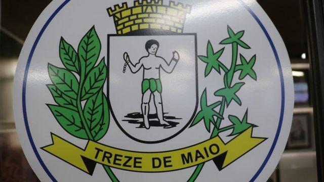 La imagen de un esclavo liberado en el escudo de Treze de Maio.