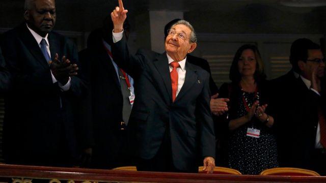 オバマ大統領の登壇前に客席に現れたカストロ議長。ハバナ大劇場で(22日)