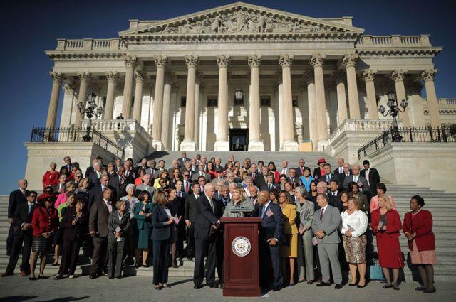 Los legisladores demócratas realizaron un acto frente al Congreso tras la masacre de Las Vegas para exigir que se apruebe una legislación que endurece las verificaciones de antecedentes.