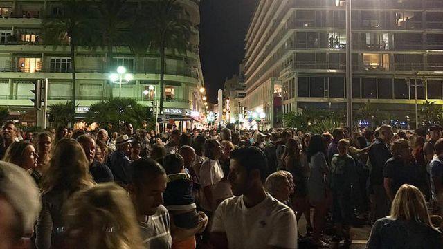 люди в Ницце в ожидании фейерверка
