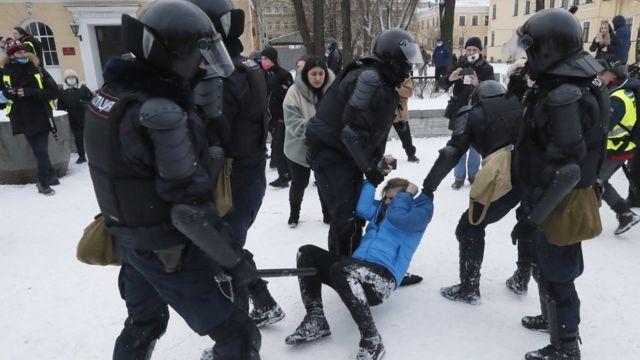 Полицейские волокут демонстранта