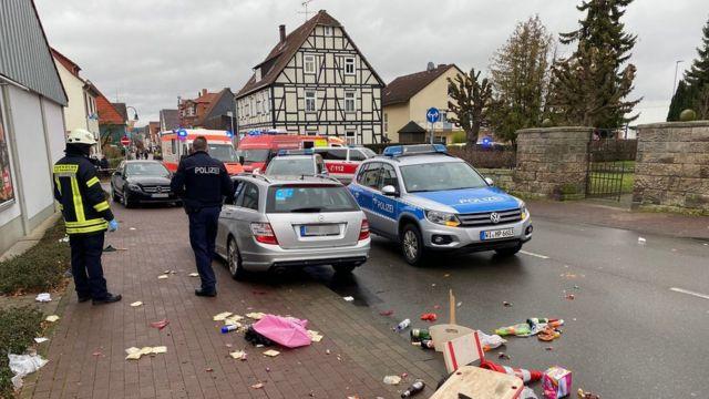 Policiais acompanham cena do acidente de carro em Volkmarsen