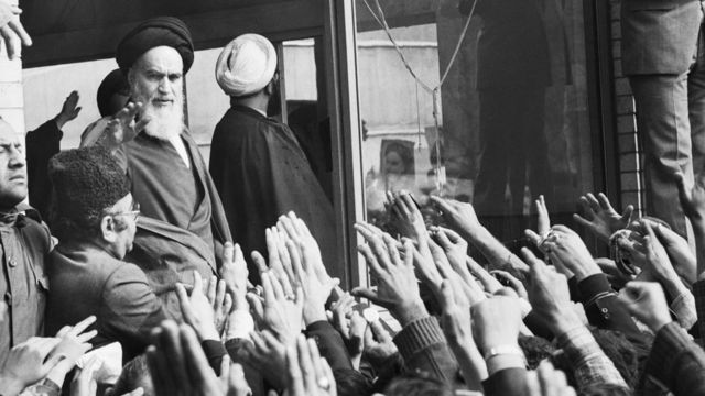الخميني يلوح لحشد من أنصاره من نافذة مقر إقامته في طهران