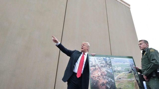Trump en la frontera sur de Estados Unidos viendo los prototipos del muro que prometió levantar para separar a su país de México.