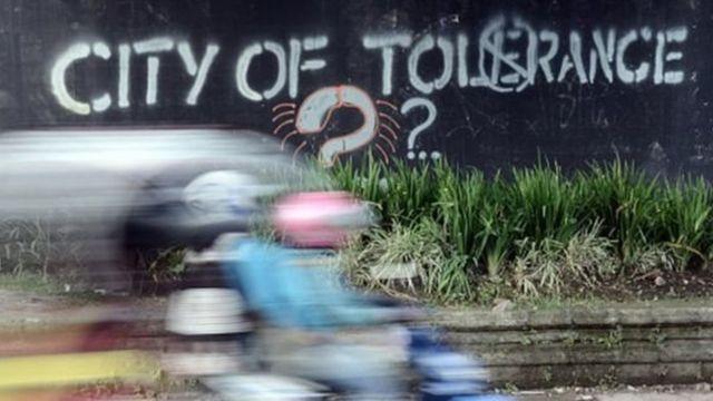 Pengendara motor di Yogyakarta melintas graviti bertuliskan kota toleransi?