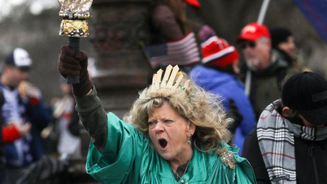 Ця жінка вбралася як Статуя Свободи