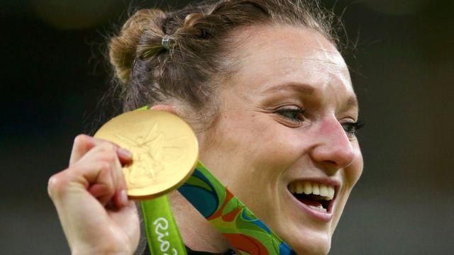 La gimnasta canadiense Rosannagh MacLennan celebra su medalla de oro