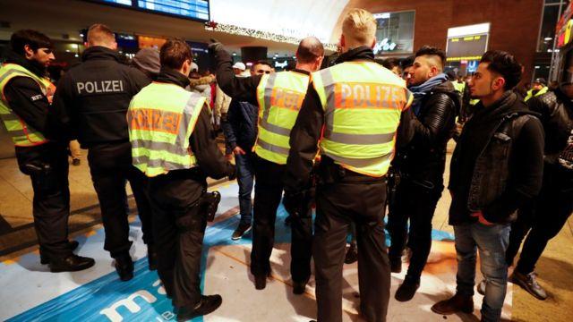 Polisi yari yohereje abashinzwe umutekano benshi mu bice biri hafi ya gari ya moshi i Cologne