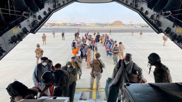 afegãos embarcam em avião militar