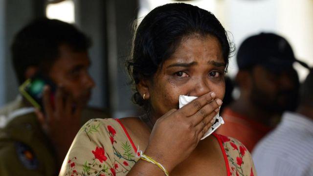 遇難者家屬認領親人遺體時,不禁掩臉落淚。