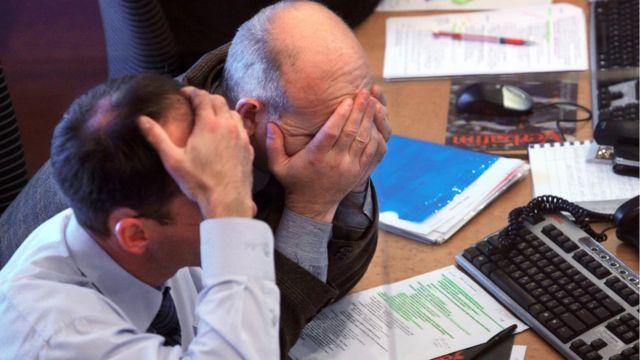 Hombres de negocios con las manos en la cabeza