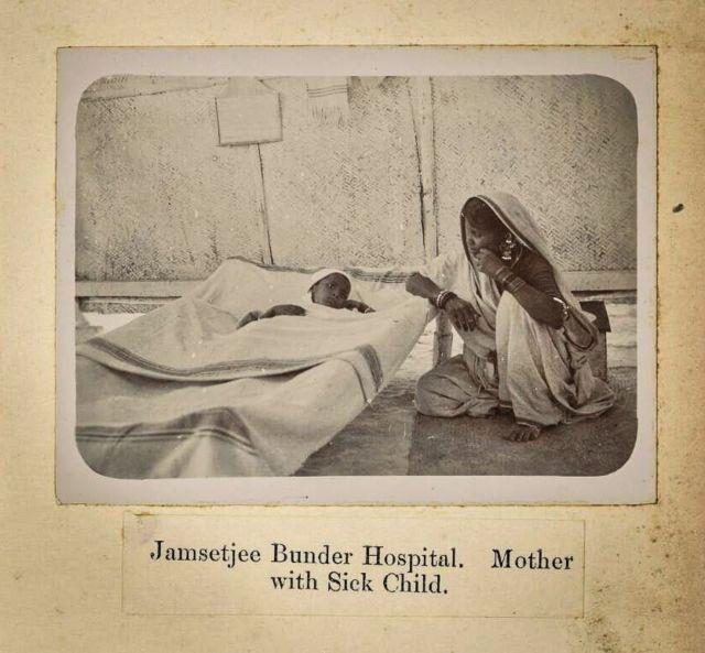Una madre cuida a su hijo, enfermo por la plaga en Bombay.