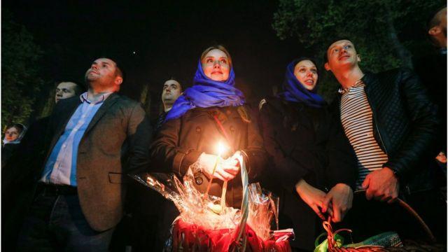У Владимирского собора верующие ждут освящения куличей