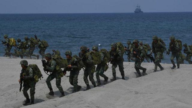 Soldados de Filipinas participan en maniobras militares con fuerzas de Estados Unidos en el mar Meridional de China.