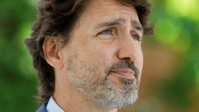 Justin Trudeau de perfil em jardim