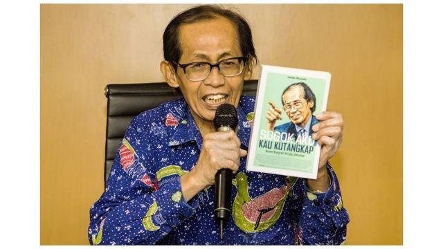 Mantan Hakim Agung Kamar Pidana Mahkamah Agung (MA), Artidjo Alkostar menunjukkan buku tentang dirinya saat konferensi pers di Media Center Mahkamah Agung, Jakarta, Jumat (25/5/2018)