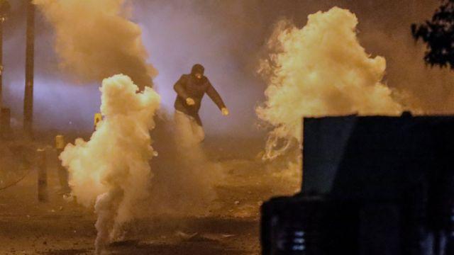 متظاهر وسط غاز قنابل مسيلة للدموع