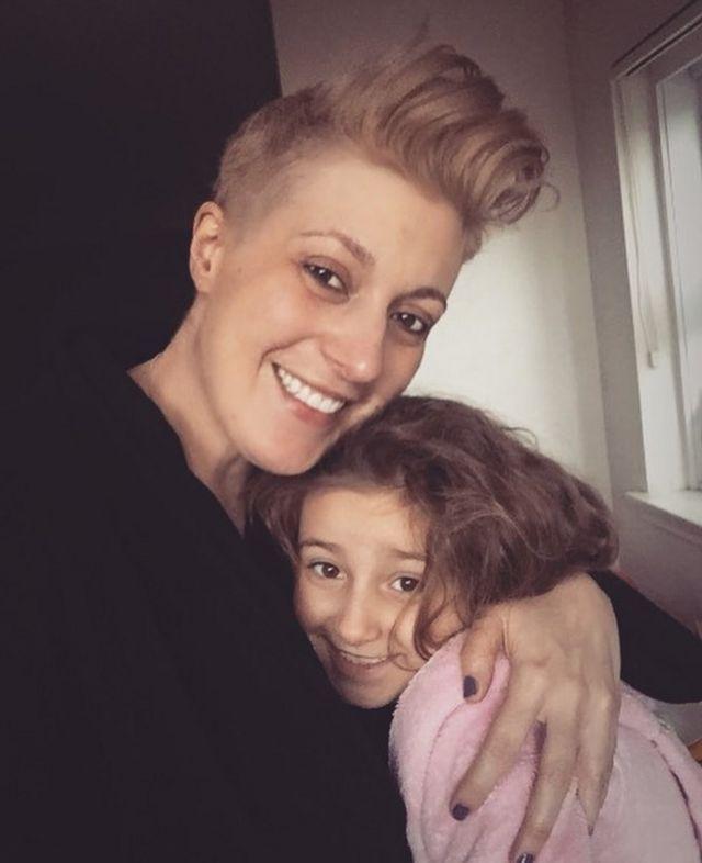 Alison con su hija de 7 años Bessie