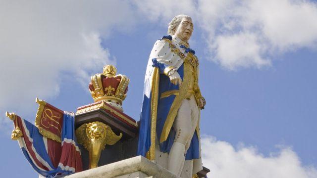 """Статуя короля Георга III в Уэймуте, где он и попробовал знаменитый пудинг. После чего хозяйке гостиницы было разрешено называть его """"королевским"""""""