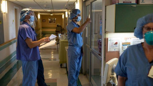 Un médico le da el pulgar hacia arriba a un paciente con covid-19 que ya no usa un respirador en la Unidad de Cuidados Intensivos (UCI) en el Centro Médico de Asuntos de Veteranos el 21 de abril de 2020 en el distrito de Brooklyn de Nueva York.