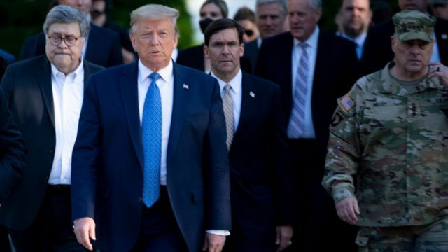 Trump junto a otros funcionarios acude a la iglesia de Saint John.