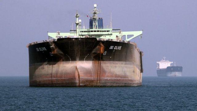 Un buque petrolero frente al puerto de Bandar Abbas, en el sur de Irán, el 2 de julio de 2012