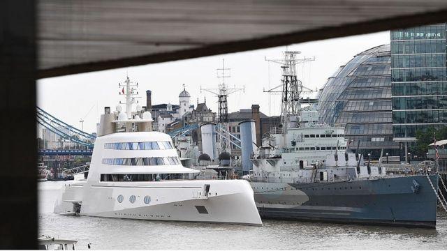 """Моторная яхта """"А"""" на стоянке в Лондоне в 2017 году"""