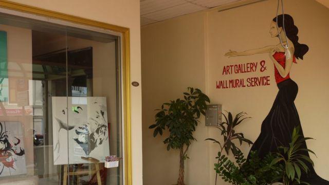 Biển quảng cáo một quán nơi khách hàng có thể gặp gỡ phụ nữ mại dâm
