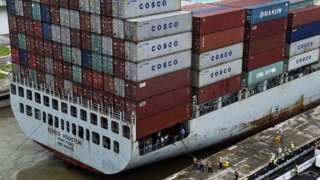 El carguero Cosco Houston fue uno de los primeros que navegó para probar la nueva ampliación del canal.
