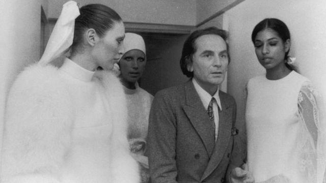 Perancang mode Pierre Cardin dengan para peragawati pada tahun 1971.