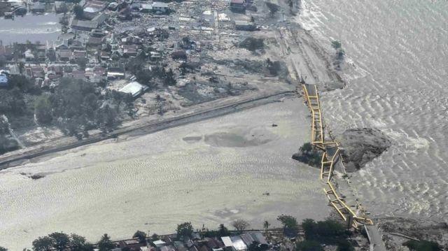 Suasana Jembatan Kuning yang ambruk akibat gempa dan tsunami di Palu, Sulawesi Tengah, Sabtu (29/9). Dampak dari gempa dan tsunami tersebut menyebabkan sejumlah bangunan hancur dan sejumlah warga dievakuasi ke tempat yang lebih aman.