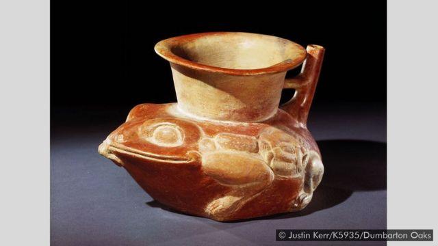 Una vasija maya con forma de sapo de caña