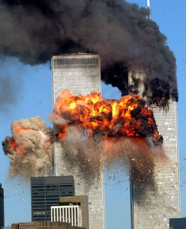 11 સપ્ટેમ્બર 2011ના દિવસે ઉગ્રવાદી હુમલા પછી સળગી રહેલા અમેરિકાના ટ્વિન ટાવર.