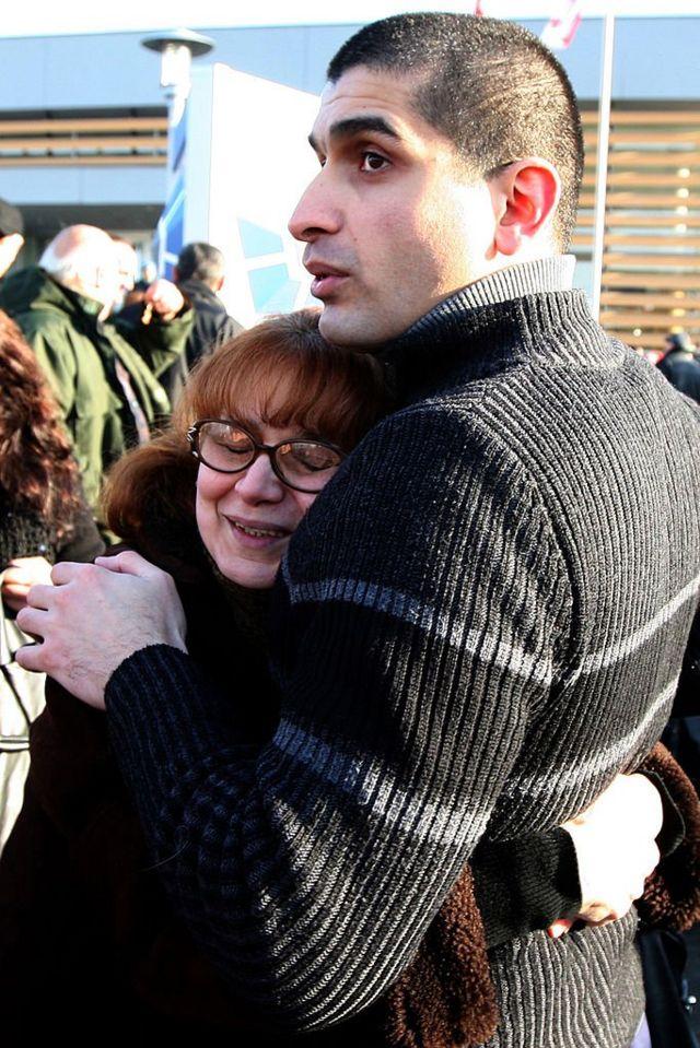 Освобожденного в результате амнистии заключённого обнимает родственница