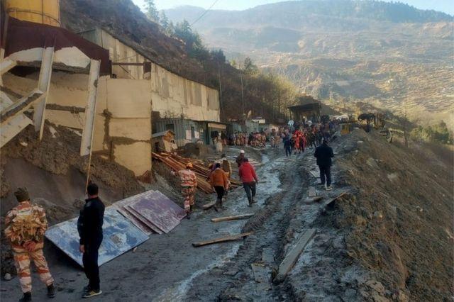 Equipos de rescate trabajan afuera de un túnel luego de que parte de un glaciar cayera y causara una inundación en Tapovan, en el estado de Uttarakhand, en el norte de India, el 8 de febrero de 2021.