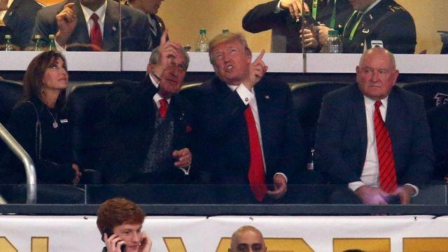 Trump s'en prend aux joueurs de la NFL qui boycottent l'hymne national.