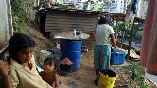 Una familia en un barrio de Caracas