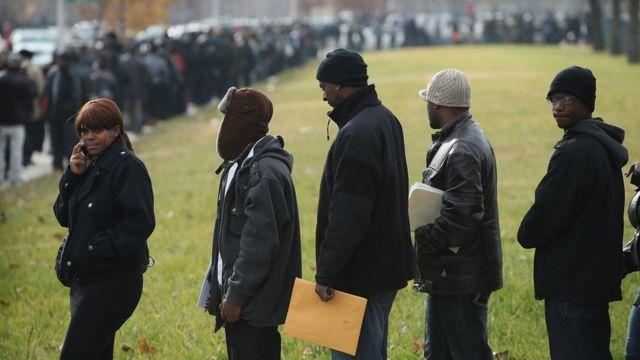 Personas hacen fila para encontrar un empleo en Chicago