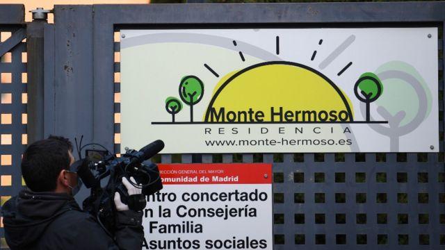 Un camarógrafo afuera de Monte Hermoso.