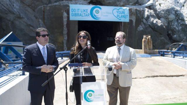 Инна Браверман вместе с главным министром Гибралтара Фабианом Пикардо (слева) и министром здравоохранения и окружающей среды Джоном Кортесом (справа) на открытии станции Eco Wave Power.