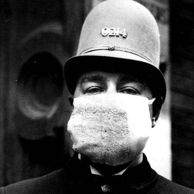 Policía estadounidense con máscara.