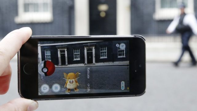Игрок в Pokemon Go на Даунинг-стрит