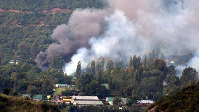 भारत प्रशासित कश्मीर के ऊड़ी में सेना के कैंप पर रविवार को हुए हमले के बाद वहां उठता धुंआ.