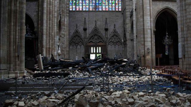မီးလောင်ခဲ့တဲ့ နိုထရာဒမ်း ဘုရားကျောင်းကြီး