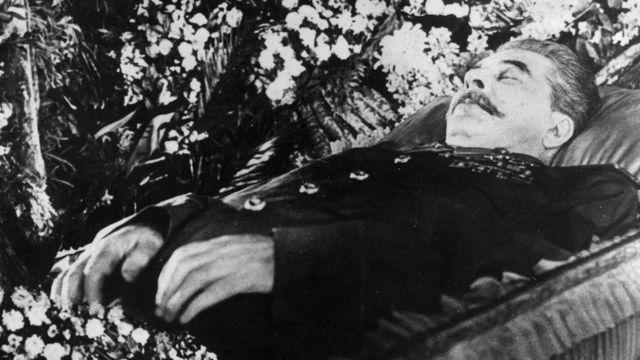 Иосиф Сталин в гробу в Колонном зале Дома Союзов