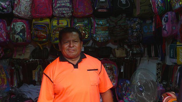 Jorge Mero en su tienda