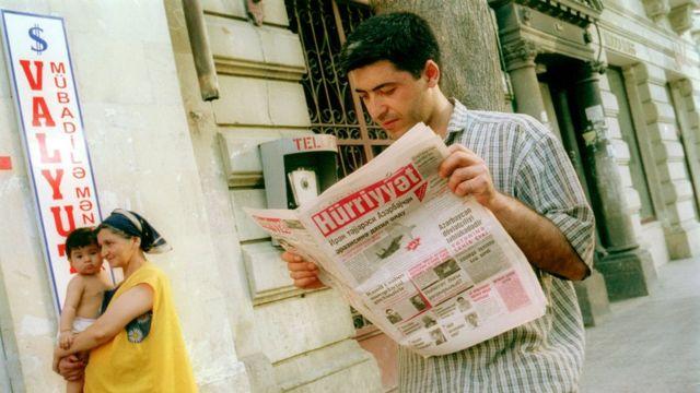 Бакинец читает газету на азербайджанском языке.