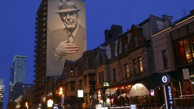 تصویر لئونارد کوهن بر اساس عکسی که دخترش گرفته بود، در مرکز شهر مونترآل