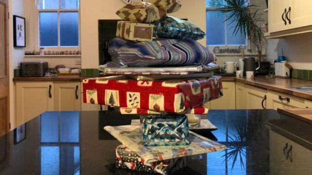 Pilha de presentes obre mesa da cozinha
