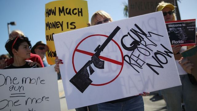 銃規制を訴えるデモ参加者たち(25日、米フロリダ州ポンパノビーチ)